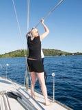 Blondevrouw op een jacht in Kroatië Stock Afbeeldingen