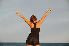 Blondevrouw op haar achter tonend overwinningsteken Verschillende 3d bal Stock Fotografie