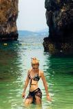 Blondevrouw op het tropische strand Royalty-vrije Stock Foto