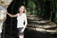 Blondevrouw in park Royalty-vrije Stock Fotografie
