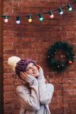 Blondevrouw in purpere gebreide hoed Stock Afbeeldingen