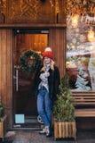 Blondevrouw in rode gebreide hoed Stock Afbeelding