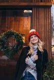 Blondevrouw in rode gebreide hoed Royalty-vrije Stock Afbeelding