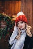 Blondevrouw in rode gebreide hoed Stock Foto