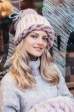 Blondevrouw in roze gebreide hoed Stock Foto