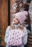 Blondevrouw in roze gebreide hoed Royalty-vrije Stock Afbeeldingen