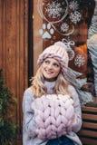 Blondevrouw in roze gebreide hoed Stock Afbeelding