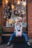 Blondevrouw in roze gebreide hoed Stock Foto's