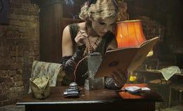 Blondevrouw van het Duitse militair roken Royalty-vrije Stock Afbeelding