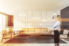 Blondevrouw in witte woonkamer vector illustratie