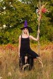 Blondewijfje in heksenkostuum het praktizeren yoga Royalty-vrije Stock Afbeelding