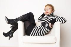 Blondgirl agradable en la silla Foto de archivo libre de regalías
