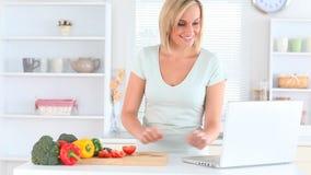 Blondhaired kobiety kucharstwo zdjęcie wideo