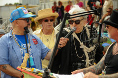 Blondie海王星克里斯斯坦国王讲话与话筒在第35次每年美人鱼游行 免版税库存图片