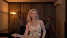 Blondie activo hermoso atractivo atractivo de la muchacha en el baile en el club metrajes