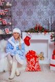 Blondie dziewczyny Rosyjski czekanie dla bożych narodzeń zdjęcia royalty free