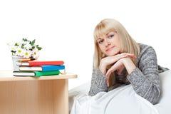 Blondie hermoso cerca de los libros Fotografía de archivo libre de regalías