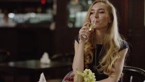 Blondie kobieta w kawiarni przy wieczór zbiory