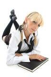 Blondie Mädchen, das mit Buch liegt Lizenzfreie Stockfotos