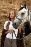 Blondie Mädchen mit Pferd Stockfotos