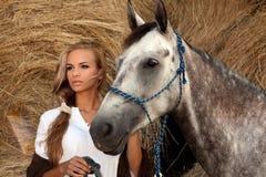 Blondie Mädchen und Pferd Stockfotos