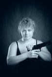 Blondie mit Gewehr Stockbild