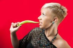 Blondie mit grünem Paprika Stockfoto