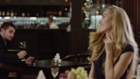 Blondie que agita para servir en restaurante de otro lugar almacen de metraje de vídeo