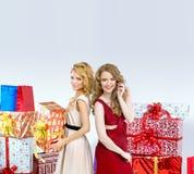 2 blondies держа подарки на рождество Стоковая Фотография RF