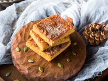 Blondies зимы spiced тыквой на деревянной доске Стоковые Изображения