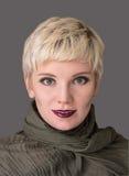 Blondin för stående för kvinna` s Modefrisyr, smink i gråa skuggor Royaltyfria Bilder