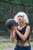 Blondin i basket Royaltyfri Fotografi