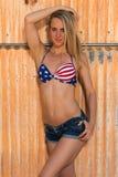 Blondin i bikiniöverkant och kortslutningar Royaltyfri Fotografi