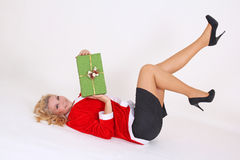 Blondin i den santa dräkten med gåvan Arkivfoto