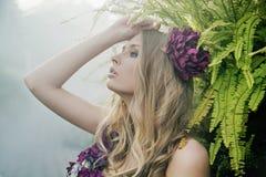 Blondin i den tropiska skogen royaltyfria foton