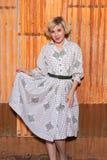 Blondin i housedress Fotografering för Bildbyråer