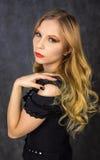 Blondin i svart Royaltyfri Fotografi