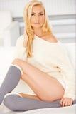 Blondin med sockor för en knähöjdpunkt Royaltyfri Foto