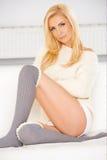 Blondin med sockor för en knähöjdpunkt Fotografering för Bildbyråer