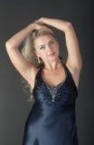 Blondin på en mörk bakgrund Royaltyfri Fotografi