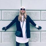 Blondin på gatan Tillfällig stil för stads- mode arkivbild