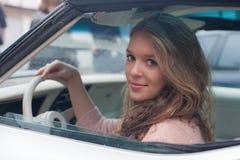 Blondin på rulla av en bil Royaltyfri Foto