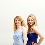 blondin som ler två kvinnor Arkivbild