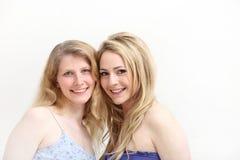 blondin som ler två kvinnor Arkivfoto