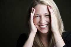 blondin som skrattar den nätt kvinnan Arkivfoto