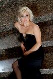 Blondinblått synade, glamourmodellen med den svarta aftonklänningen Royaltyfri Bild