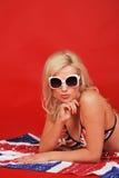 Blondine auf Anschlussmarkierungsfahne Stockbilder