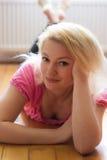 Blondine auf dem Boden Lizenzfreie Stockfotografie