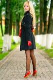 Blondine auf Fußweg im Park stockfoto