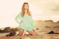 Blondine auf ihrem Kniegrünen trikot Stockbild